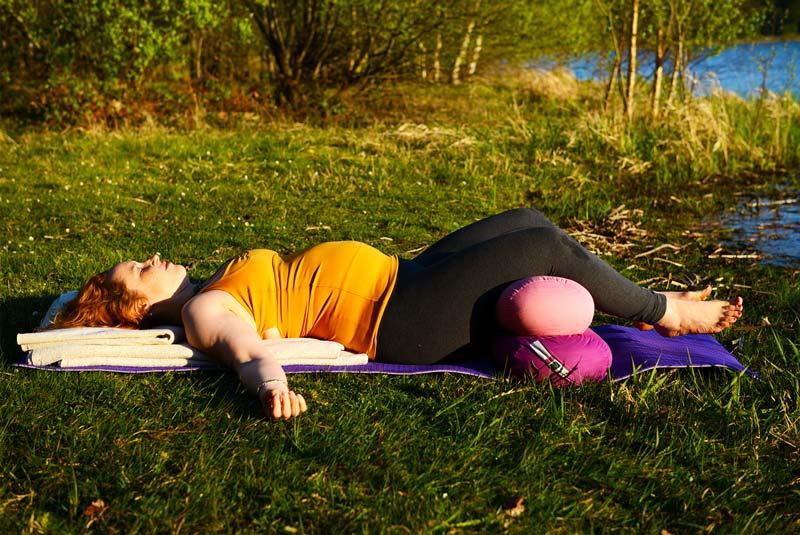 yoga-femme-enceinte-apprendre-le-yoga-pendant-la-grossesse-savasana-femmes-enceintes-posture-de-yoga-pour-femme-enceinte