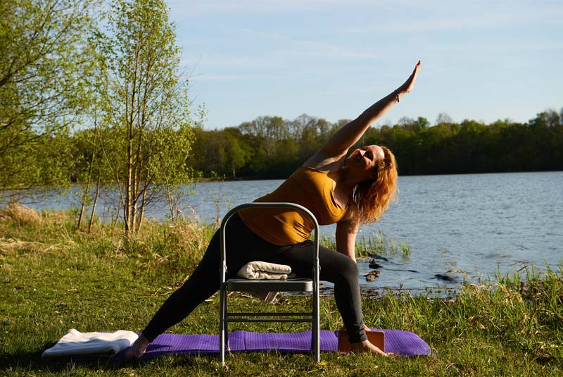 yoga-femme-enceinte-yoga-prenatal-apprendre-le-yoga-pendant-la-grossesse-Uttthita-Parsvakonasana-posture-de yoga femme enceinte sur une chaise