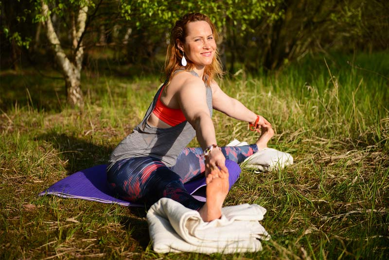 yoga-femme-enceinte-yoga-prenatal-apprendre-le-yoga-pendant-la-grossesse-posture de yoga femme enceinte avec bolster-upavista-konasana-ceintures