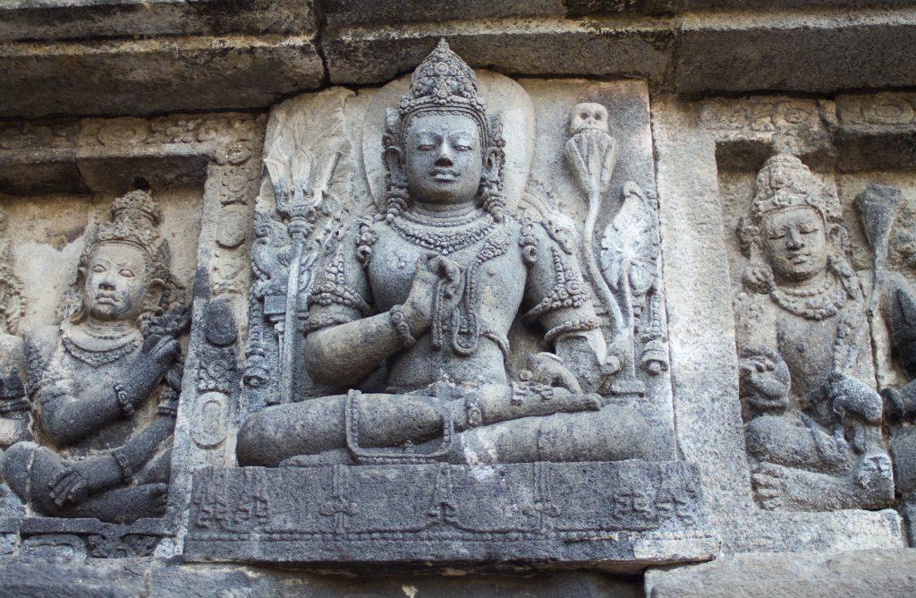 Le pranayama, un pilier fondamental du yoga et une technique de respiration yoguique essentielle - temple hindou Prambanan à Java
