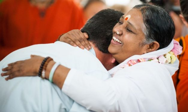 Amma, la sainte qui a étreint des millions de personnes dans le monde