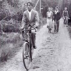 Krishnamurti faisant du vélo, 1936