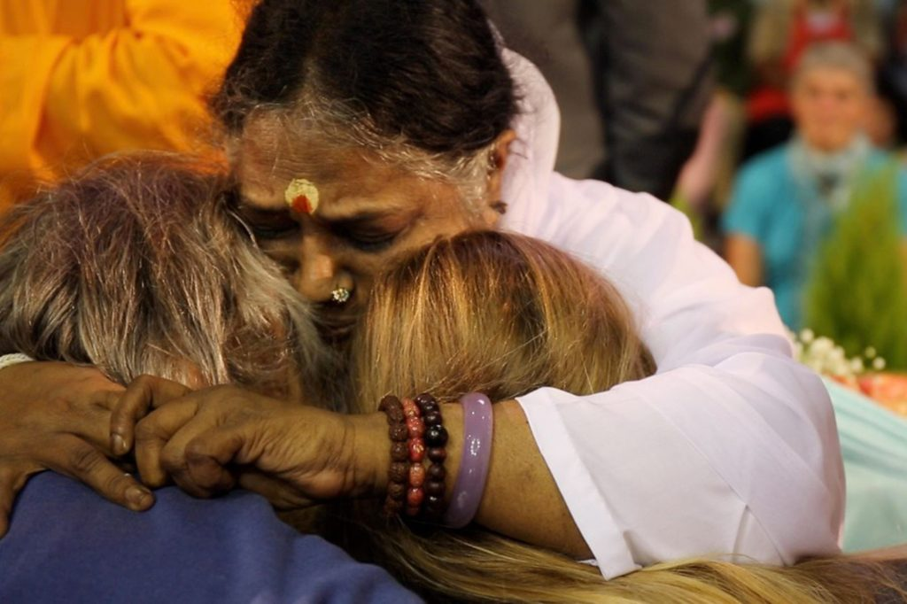 Amma donnant le darshan à 2 personnes