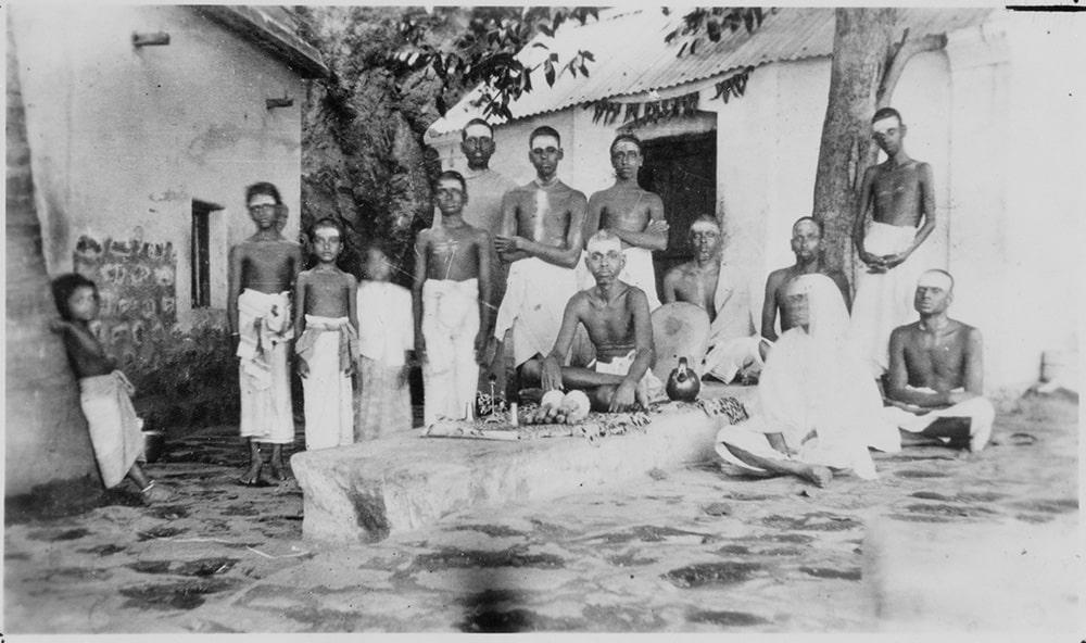 Ramana Maharshi et ses disciples.