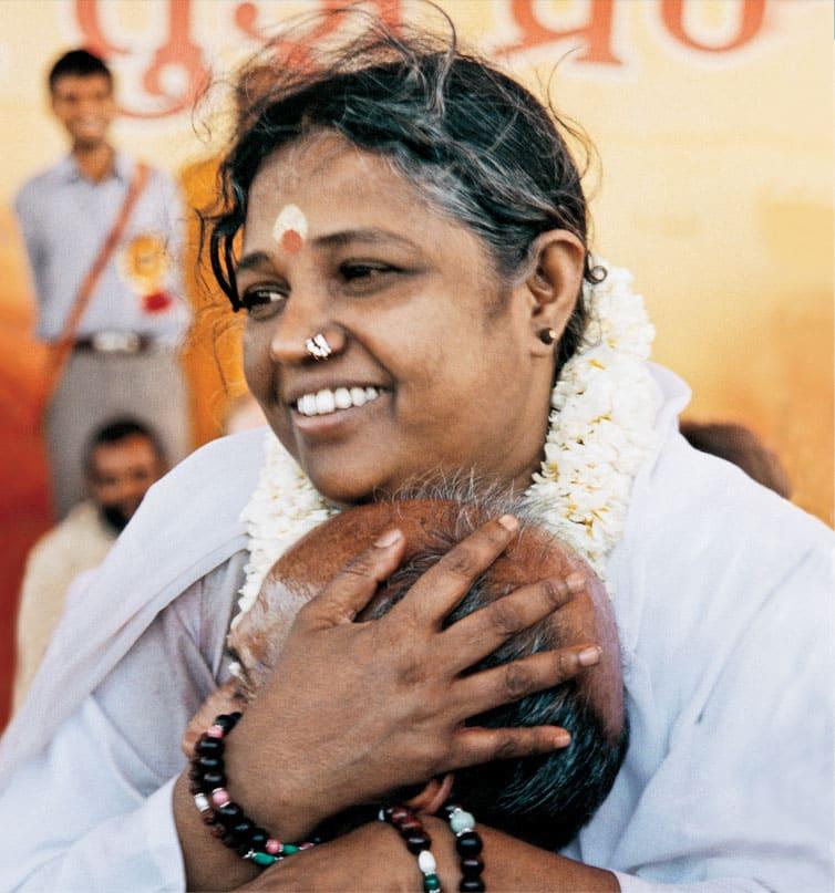 Amma donnant le darshan