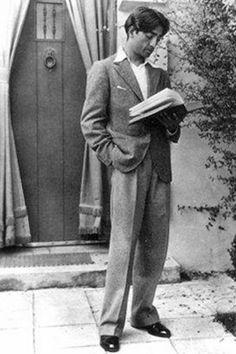 Krishnamurti, debout, en train de lire