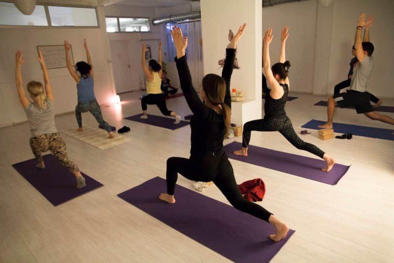 Vinyasa Yoga : Groupe de personnes pratiquant du yoga Vinyasa