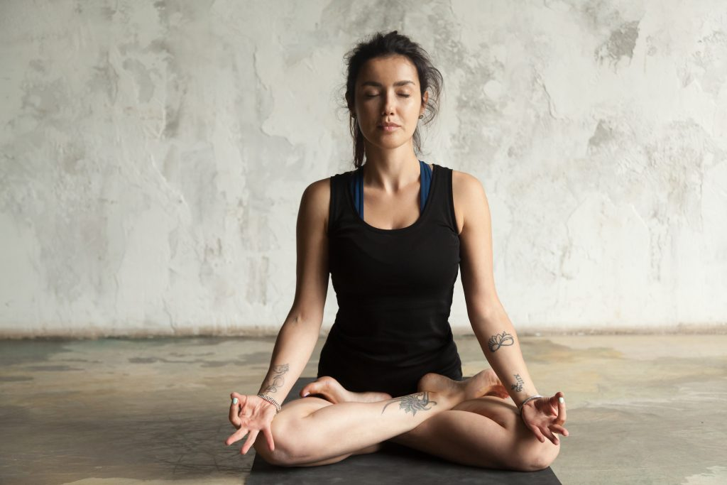 Padmasana ((lotus), jnana mudra - Bhastrika-pranayama-yoga-respiration-yoguique
