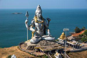 Shiva-Virabhadrasana II, la posture du guerrier, force et concentration - statut de Shiva, temple de Murudeshwar, dans le Karnataka (Sud Ouest de l'Inde).