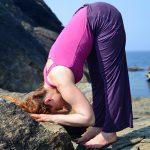 Uttanasana, posture de la pince debout : force, souplesse et apaisement